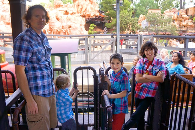 disneyland-big-thunder-mountain-line-1