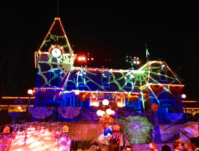 mickey's-halloween-party-decor