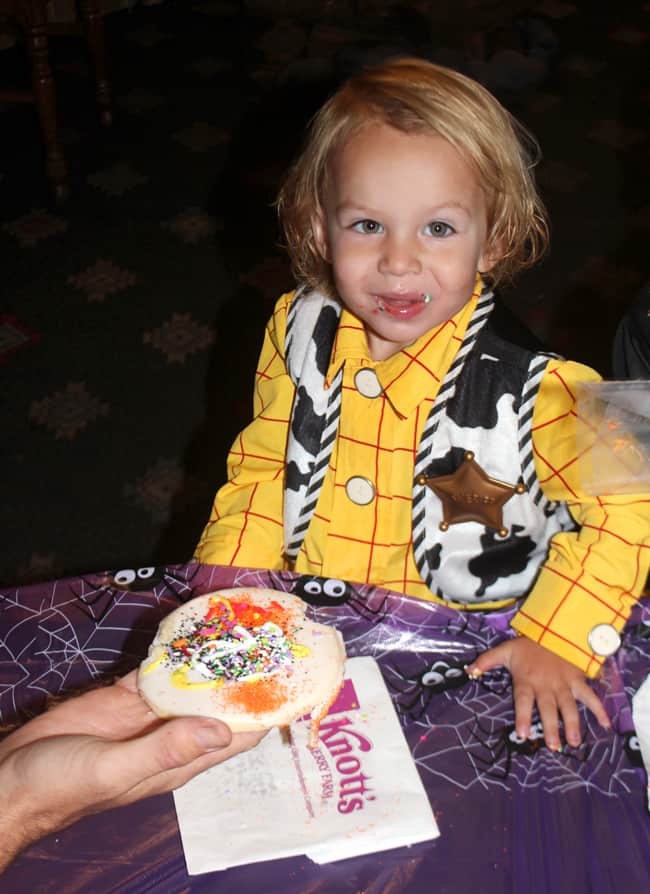 knotts-camp-spooky-cookie-decorating