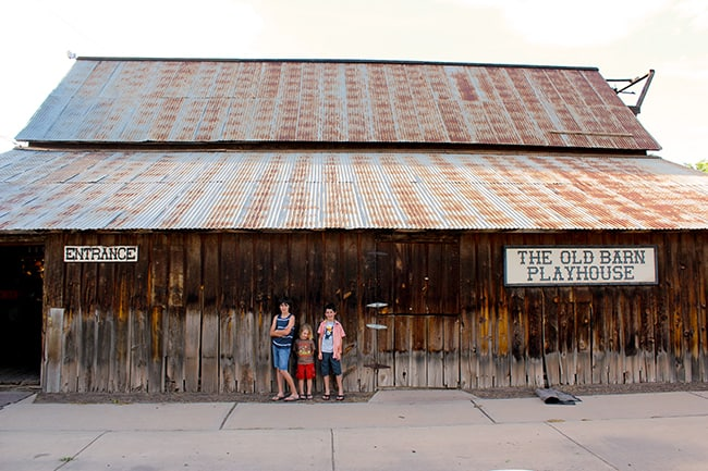 parry-lodge-kanab-utah-old-time-barn
