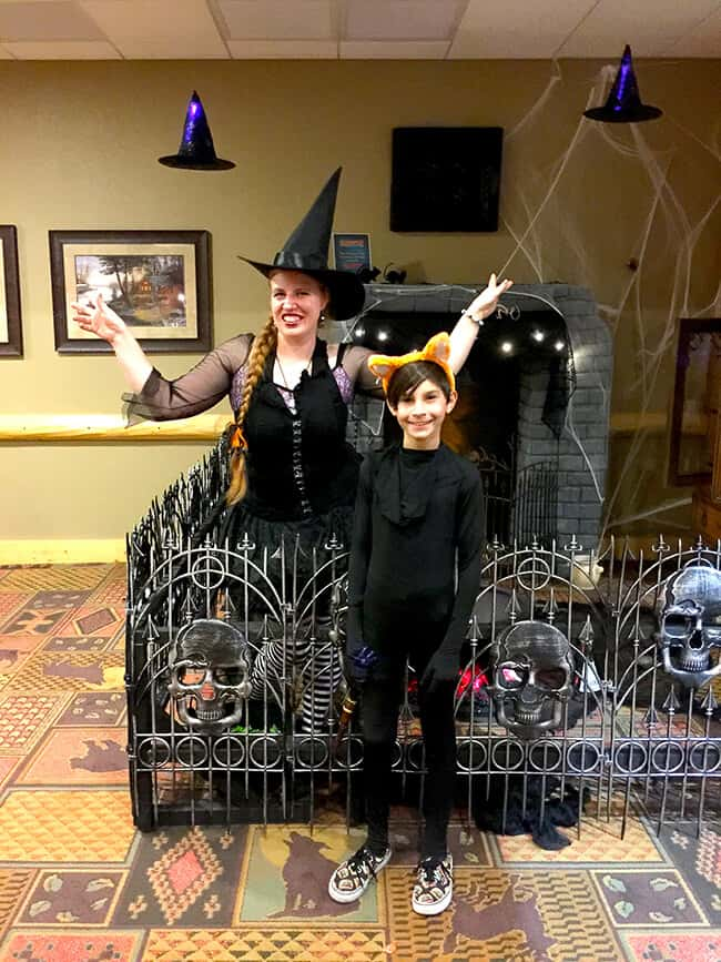 great_wolf_lodge_halloween_trick_or_treat_station